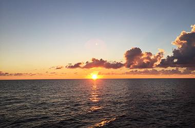 海洋散骨とは? IMAGE03(宮古島の海の夕暮れ 画像)